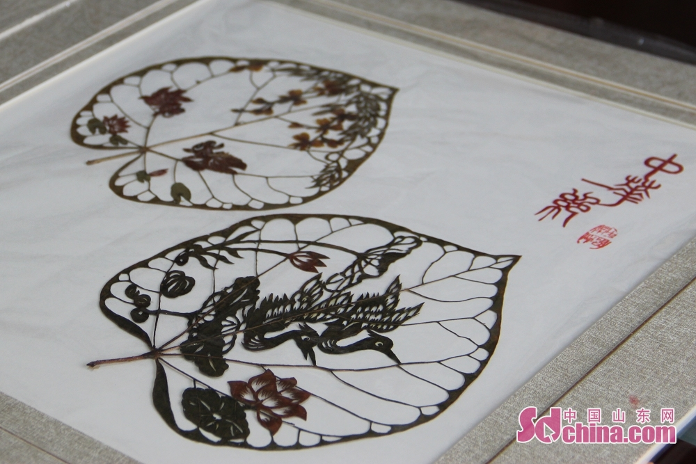 A peice of leaf carving work is seen in Du Wanli's studio. Recently, three foreigners went to the studio of Du Wanli, famous leaf carving artist, at the invitation of &amp;ldquo;Touch Shandong&amp;rdquo; column of Sdchina.com to learn leaf carving.(Sdchina.com/Jiao Jingsai)<br/>