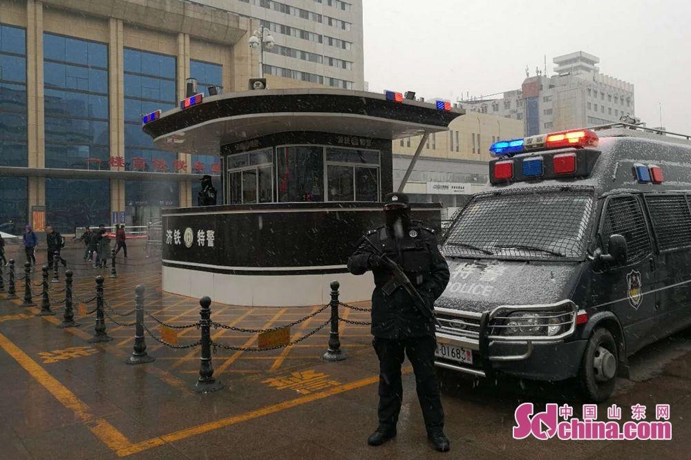 特警在风中屹立,于雪中挺拔,不分昼夜,始终坚守在岗位,尽己所能,护卫旅客出行安全。