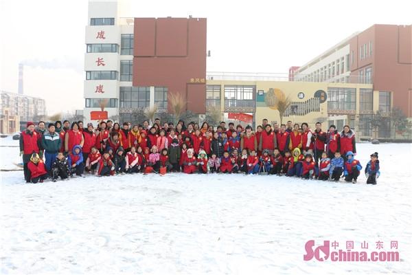 愿者校园内外 扫雪除冰图片