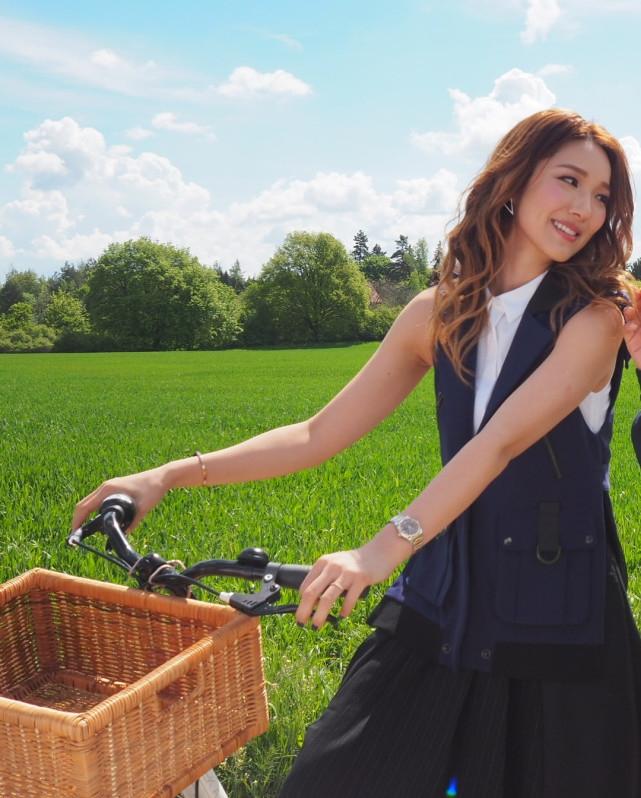 <br/>  1月2日,李亚男在社交网晒出和老公王祖蓝的甜蜜合照。照片中,王祖蓝在前面推着自行车,李亚男坐在后面双手张开、两人都满脸笑容,画面甜蜜幸福。