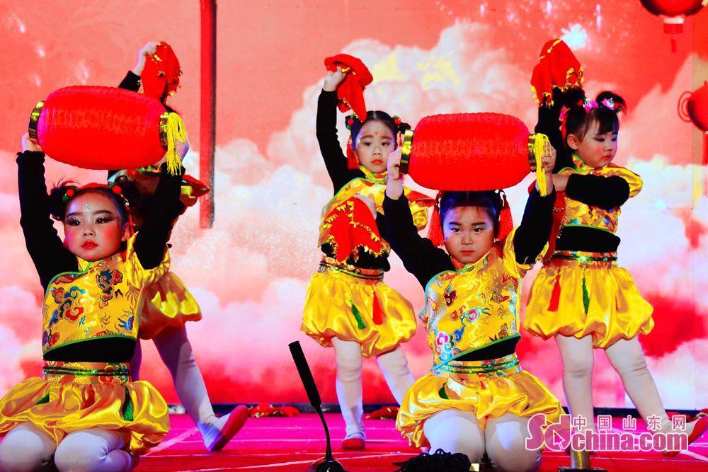 <br/>  茌平县某幼儿园的孩子们,在元旦演出中,举起大红灯笼,庆祝新年的到来。<br/>