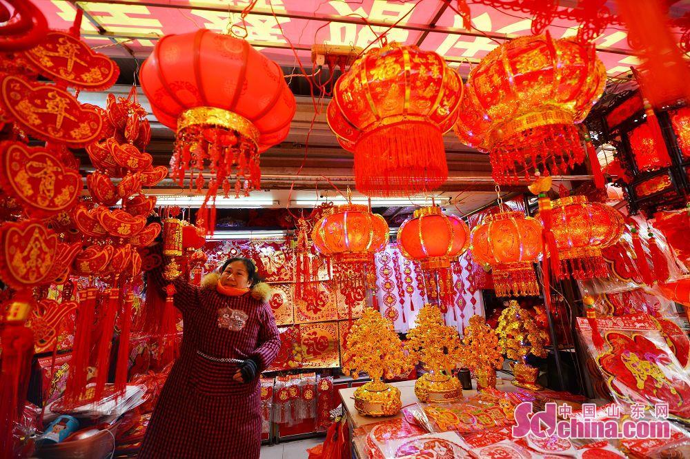 <br/>  在青岛市小商品批发市场,一家店内挂满春节饰品。<br/>