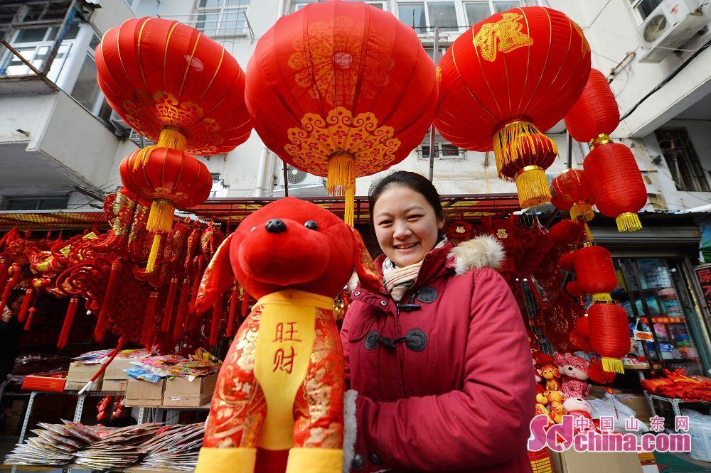 <br/>  在青岛市小商品批发市场,商户开始大量摆放春节生肖饰品,狗年吉祥物&amp;ldquo;旺财&amp;rdquo;受热捧。<br/>