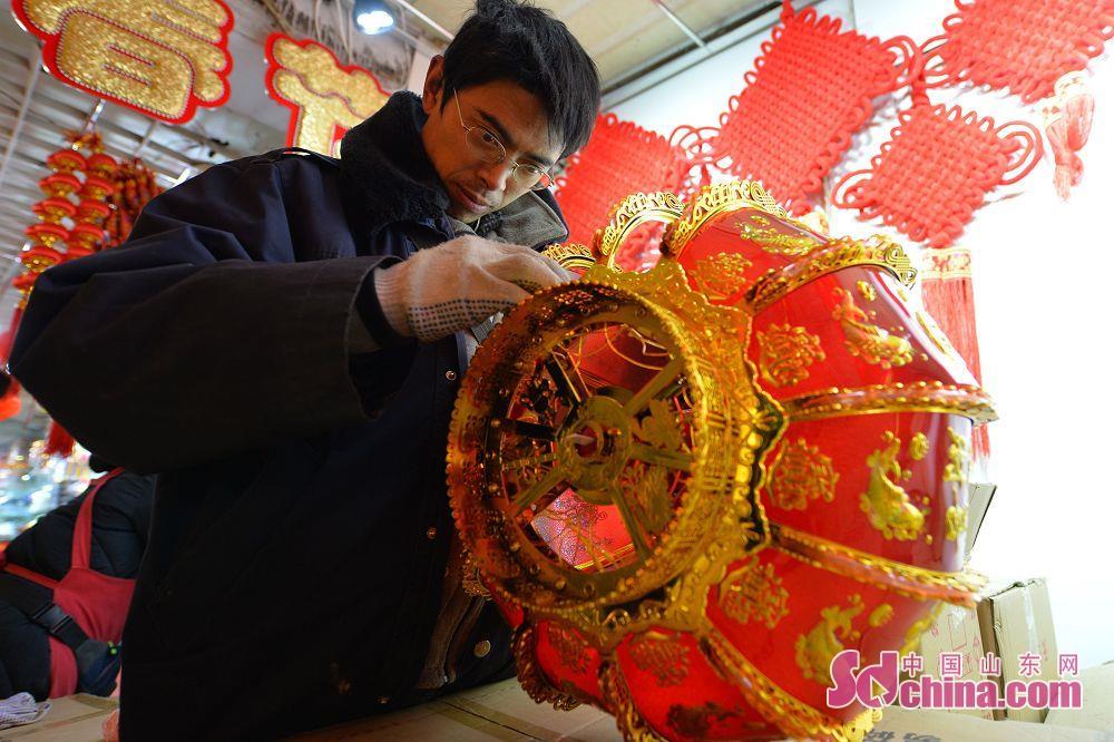 <br/>  青岛市小商品批发市场,商户正在组装灯笼准备迎接春节旺季。<br/>