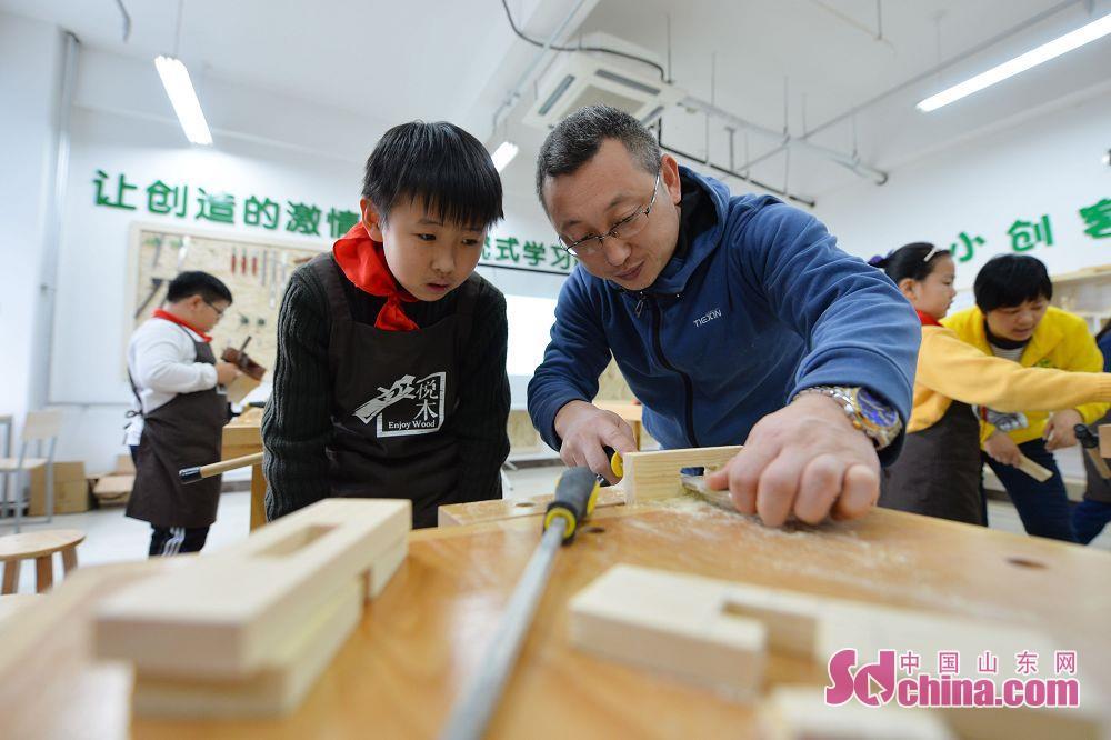 <br/>  在科学老师的指导下,学生们通过学习曲线锯切割、木工锉打磨等多道手工艺制作,完成了榫卯组装,制作出多个木工工艺品,并从木艺手工小创客活动中锻炼了动手操作能力和仔细耐心的品质,感受&amp;ldquo;工匠精神&amp;rdquo;。<br/>