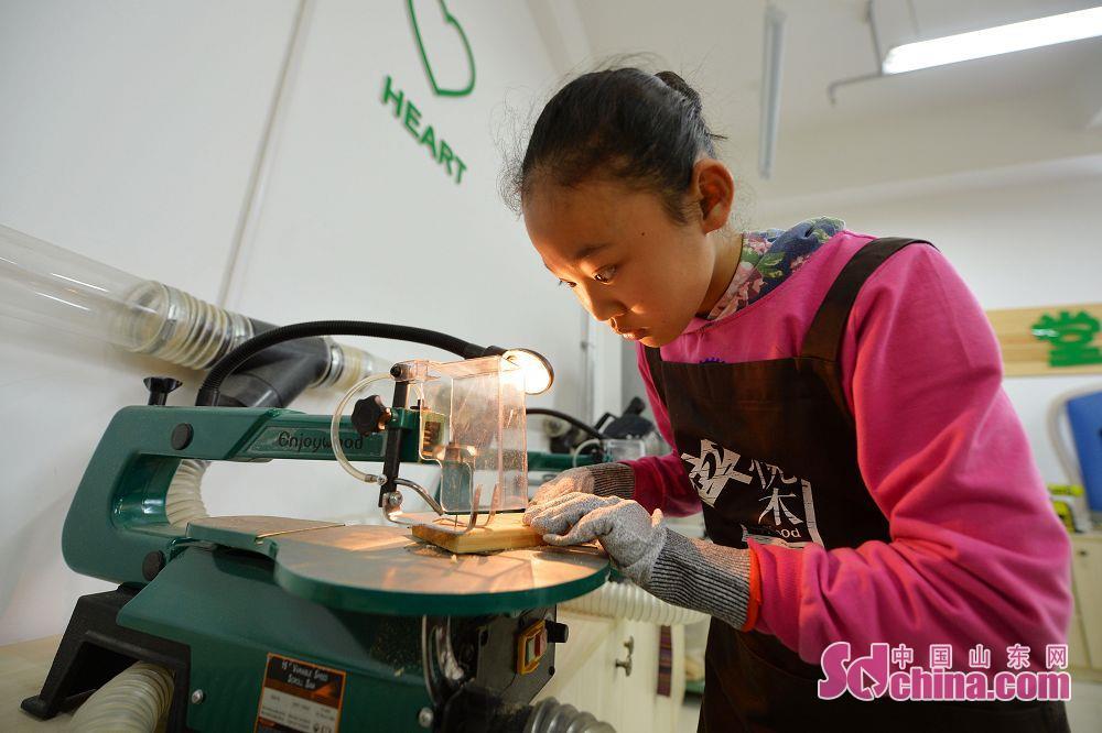 <br/>  1月4日,走进木工体验,感受工匠精神。山东青岛洛阳路第一小学木艺手工小创客活动为孩子们带来一次学习传统工艺、感受工匠精神。<br/>