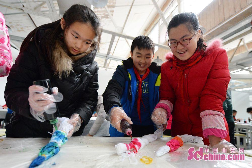 <br/>  学生在纺织博物馆内学习体验&amp;ldquo;非遗&amp;rdquo;扎染的制作过程。<br/>