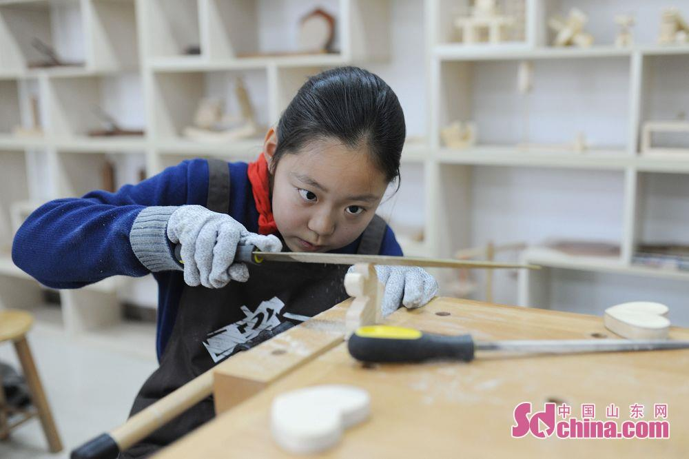 <br/>  学生通过学习使用传统木工工具,制作各种木艺手工品。<br/>