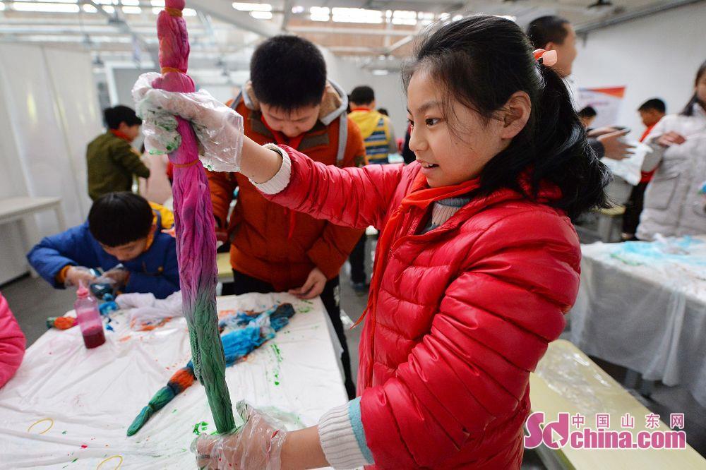 学生たちは園区スタッフの指導を受け、絞り染めを学んでいた。<br/>