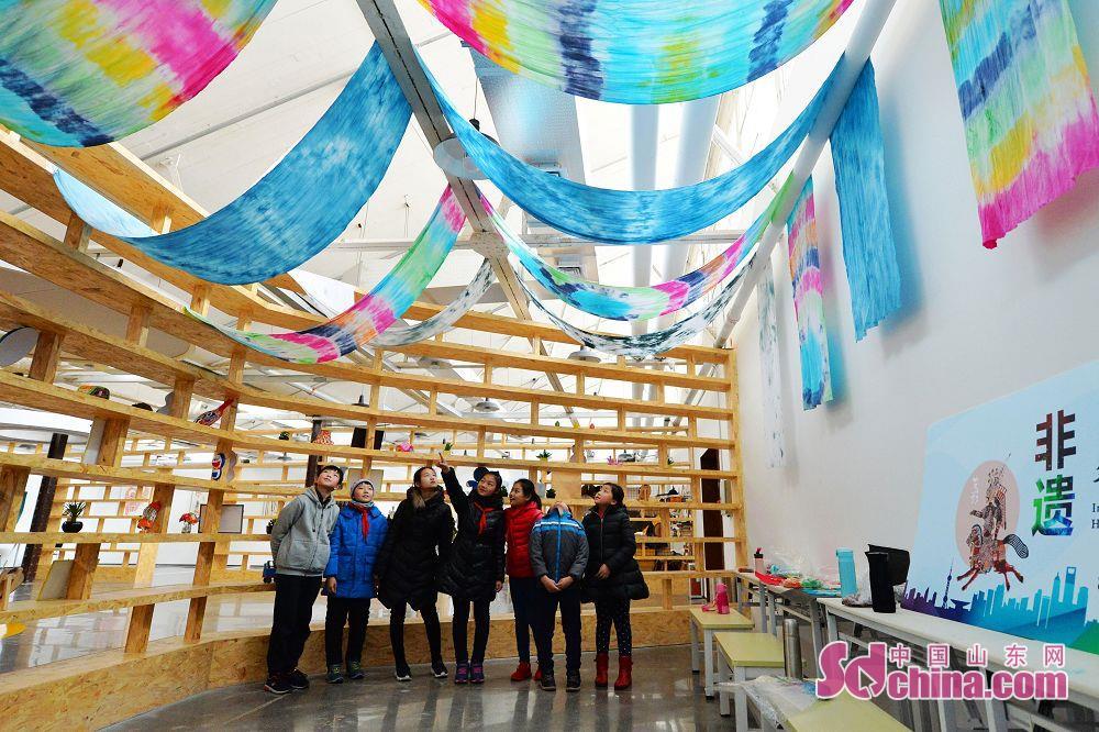 1月4日、山東青島洮南小学校の小学生は百年紡績園区に迫り、紡績博物館遺跡公園で紡績機の作業プロセスを見学し、絞り染めを体験した。<br/>