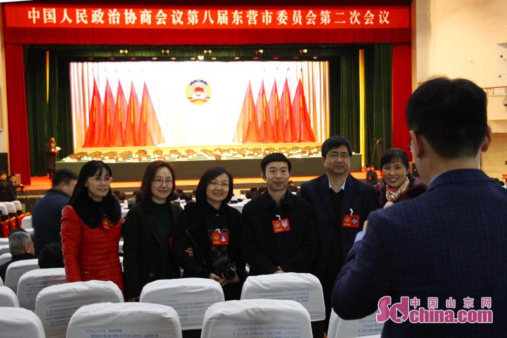 <br/>  1月6日下午,中国人民政治协商会议第八届东营市委员会第二次会议在黄河影剧院胜利闭幕。在4天的会议期间,记者用镜头记录下了委员们的精彩瞬间。<br/>