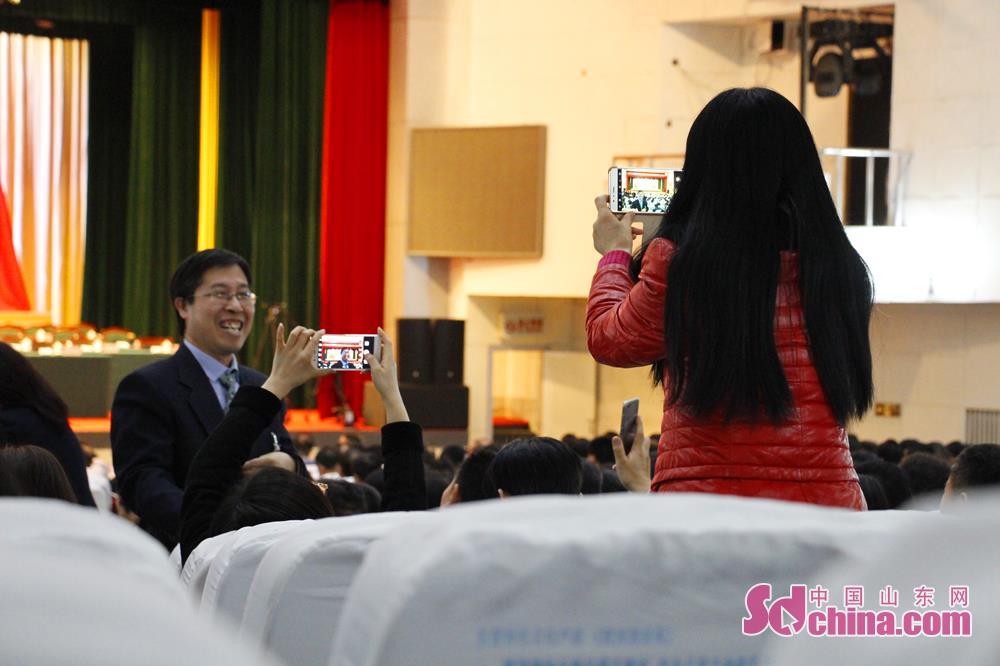 <br/>  1月6日,委员在拍照留念。