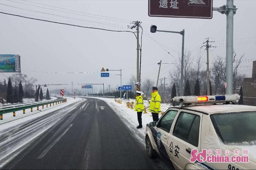 <br/>  根据天气情况及时调整警力,济南交警全员上路在辖区易积雪、结冰、湿滑地段设置路滑减速慢行警示标志、标牌,利用巡逻喊话等方式提醒过往车辆减速慢行,切实防范道路交通事故的发生。<br/>