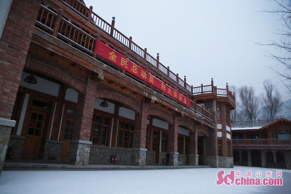 降雪也会伴随着低温,大家在户外赏雪时,还是要注意保暖。<br/>