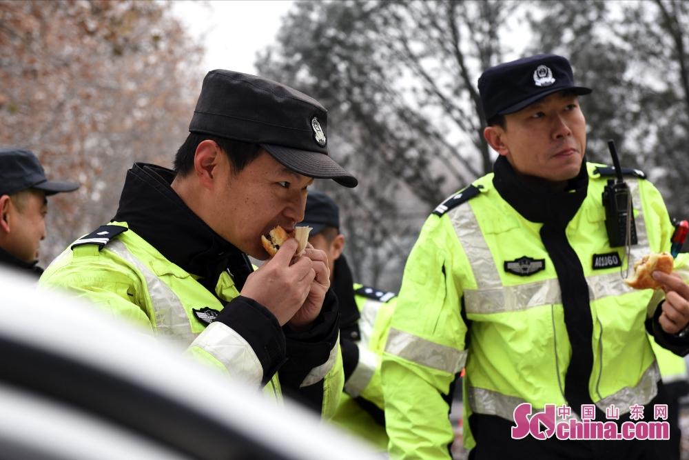 <br/>  为了做好雨雪恶劣天气交通管理工作,交警在路上用餐。<br/>