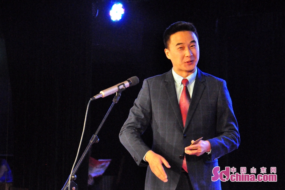 演员韩龙正在表演参展作品《天下无贼》,该作品由北部战区陆军政治工作部文工团(前卫文工团)报送。<br/>