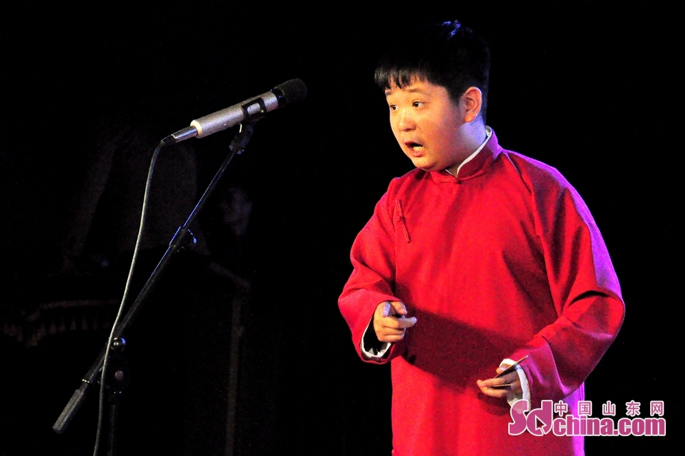 A performer performs on the stage in Qingdao, Shandong Province. The First Shandong Clapper Ballad Joint Performance kicked off to commemorate the 40th anniversary of reform and opening up and tell Chinese stories here on October 10, 2018.<br/>