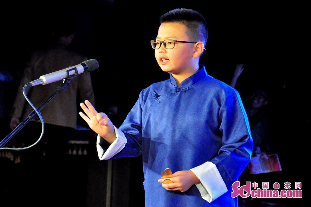 小演员马子洋正在表演参赛作品《闯红灯》,该作品由青岛曲协报送。<br/>