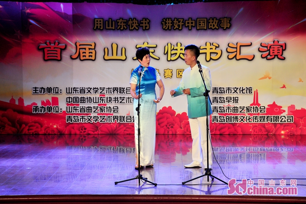 Two artists perform on the stage in Qingdao, Shandong Province. The First Shandong Clapper Ballad Joint Performance kicked off to commemorate the 40th anniversary of reform and opening up and tell Chinese stories here on October 10, 2018.<br/>