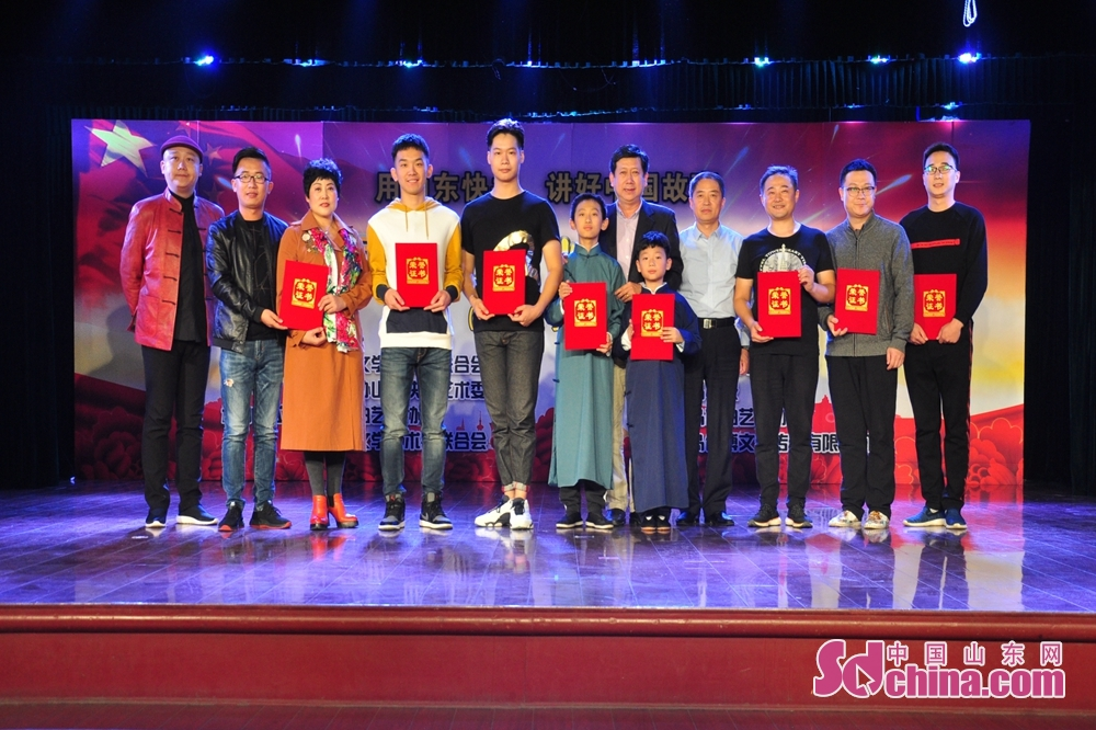 Performers pose for a group photo on the stage in Qingdao, Shandong Province. The First Shandong Clapper Ballad Joint Performance kicked off to commemorate the 40th anniversary of reform and opening up and tell Chinese stories here on October 10, 2018.
