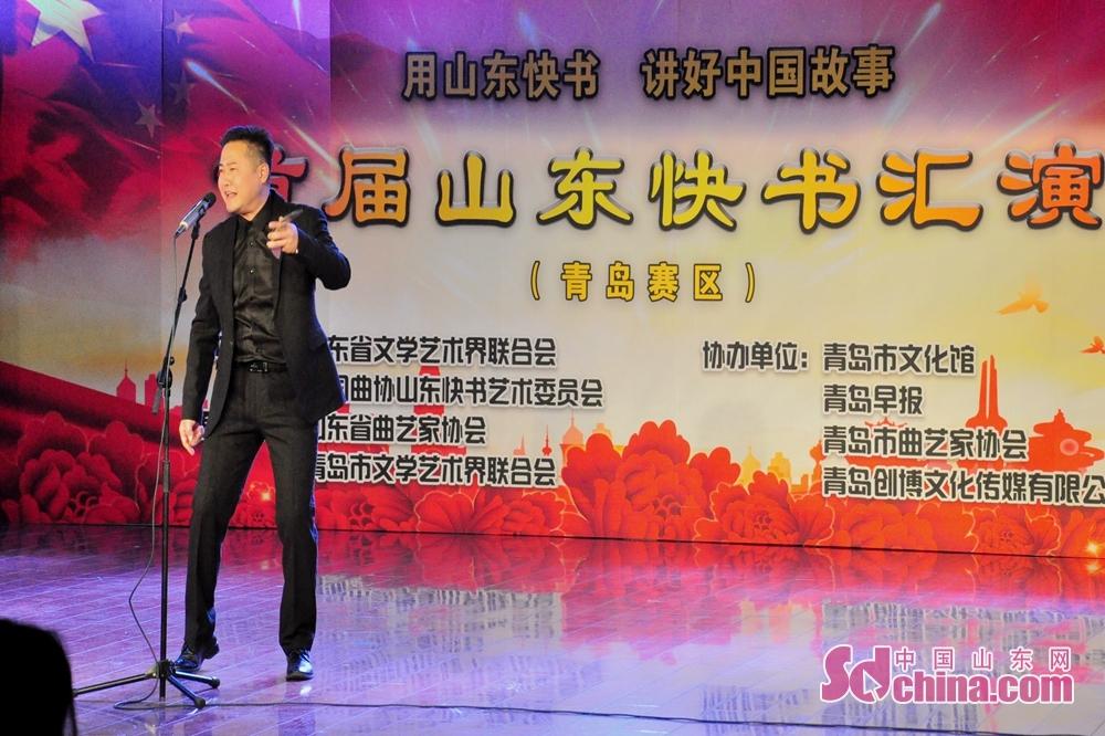 演员王超正在表演参赛作品《撞车之后》,该作品由山东省台儿庄古城旅游集团有限公司报送。<br/>