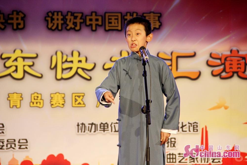 小演员郑人通正在表演参赛作品《习惯》,该作品由青岛曲协报送。<br/>