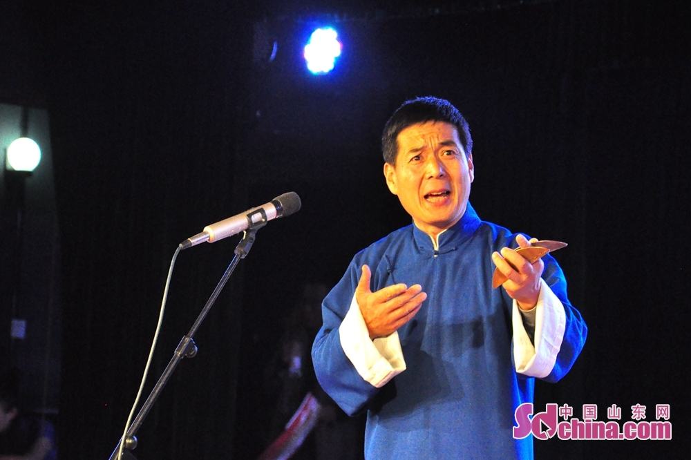 An artist performs on the stage in Qingdao, Shandong Province. The First Shandong Clapper Ballad Joint Performance kicked off to commemorate the 40th anniversary of reform and opening up and tell Chinese stories here on October 10, 2018.<br/>