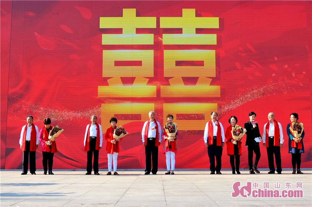 <br/>  2018年10月11日,五对老人在山东青岛举办的全国首个&amp;ldquo;单身老人节&amp;rdquo;上举行集体婚礼。<br/>