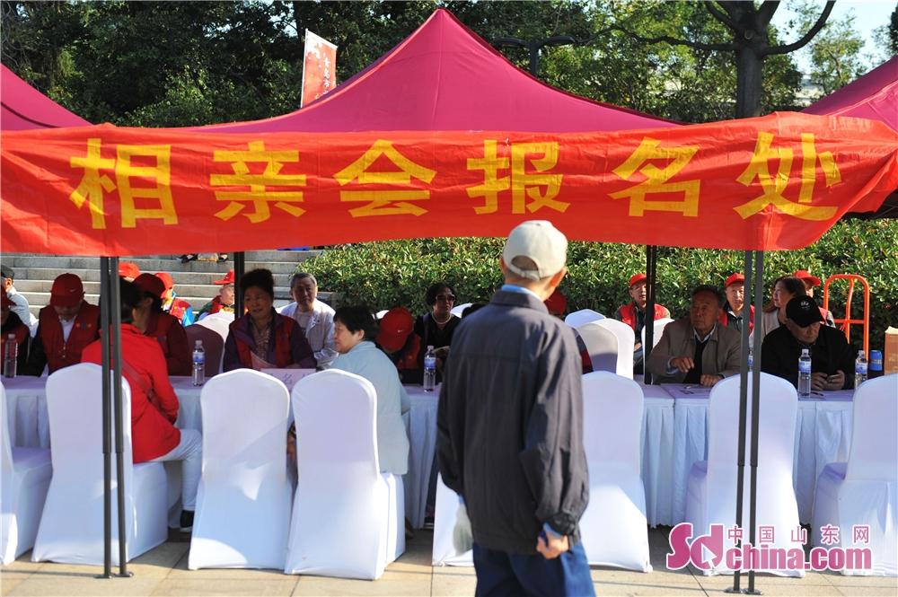<br/>  2018年10月11日,一名老人在山东青岛举办的全国首个&amp;ldquo;单身老人节&amp;rdquo;上观看相亲会报名处。<br/>
