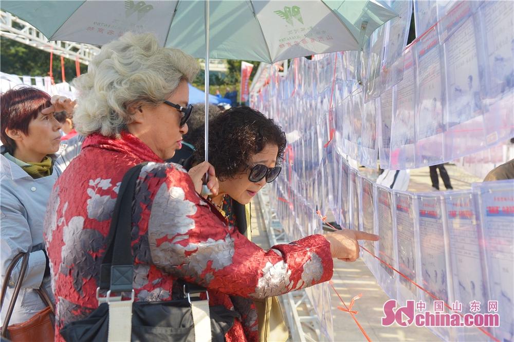 <br/>  2018年10月11日,老人在山东青岛举办的全国首个&amp;ldquo;单身老人节&amp;rdquo;上查看相亲资料。<br/>