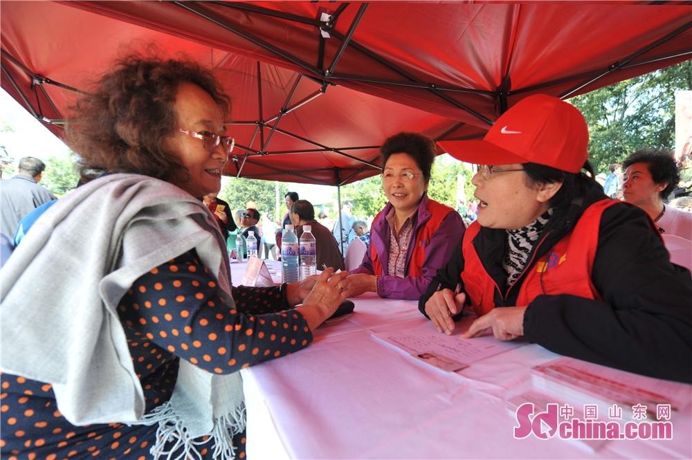 <br/>  2018年10月11日,一名老人在山东青岛举办的全国首个&amp;ldquo;单身老人节&amp;rdquo;上报名登记资料。<br/>