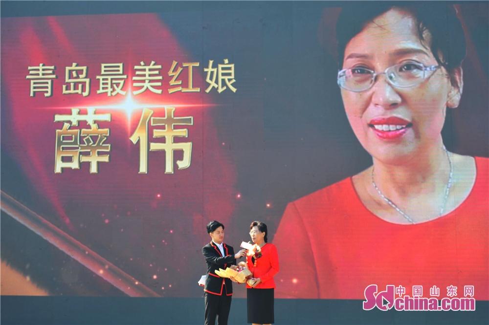 <br/><br/>  2018年10月11日,山东青岛为老人热心牵线的最美红娘薛伟在活动现场接受采访。<br/>
