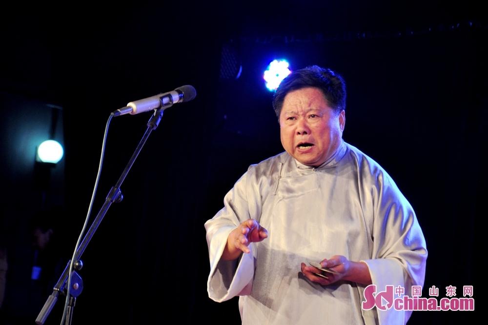 演员亓宝荣正在表演参赛作品《半包茶叶一块糖》,该作品由莱芜曲协报送。<br/>