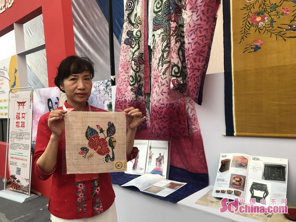 "An exhibitor displays an embroidery during the 7th Shandong Cultural Industries Fair in Jinan, Shandong Province on October 12, 2018. With the theme of ""new era, new growth drivers, new creativity, new development"", the fair will last till October 15 attended by more than 1200 exhibitors from 31 countries."