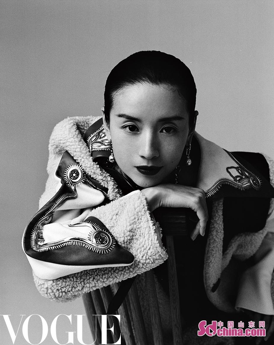 <br/>  近日,董洁拍摄的一组杂志时尚大片曝光。照片中的她置身于纯色背景之下,简衣黑发,高雅出尘,宛若电影画报中穿越的舞者。<br/>