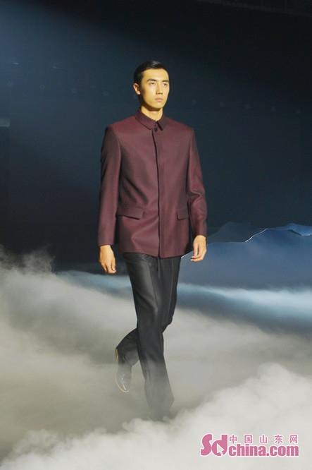 <br/>  2018年10月11日,模特在北服青岛时尚产业园阳光大厅展示中装服饰之美。