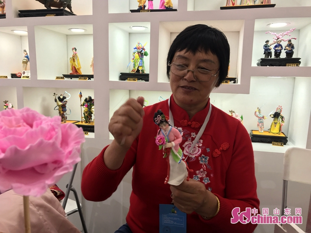 A crafman makes clay figurine during the 7th Shandong Cultural Industries Fair in Jinan, Shandong Province on October 12, 2018. With the theme of &quot;new era, new growth drivers, new creativity, new development&quot;, the fair will last till October 15 attended by more than 1200 exhibitors from 31 countries.<br/>