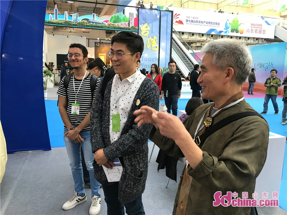 Foreign visitors view a booth during the 7th Shandong Cultural Industries Fair (SDCIF) held in Jinan, Shandong Province on October 11, 2018. During the five-day fair, a cultural feast made up of &ldquo;culture plus technology&rdquo;, &ldquo;culture plus tourism&rdquo;, &ldquo;culture plus finance&rdquo;, &ldquo;culture plus creativity&rdquo;, &ldquo;culture plus industry&rdquo; and other elements will be presented to the visitors.<br/>