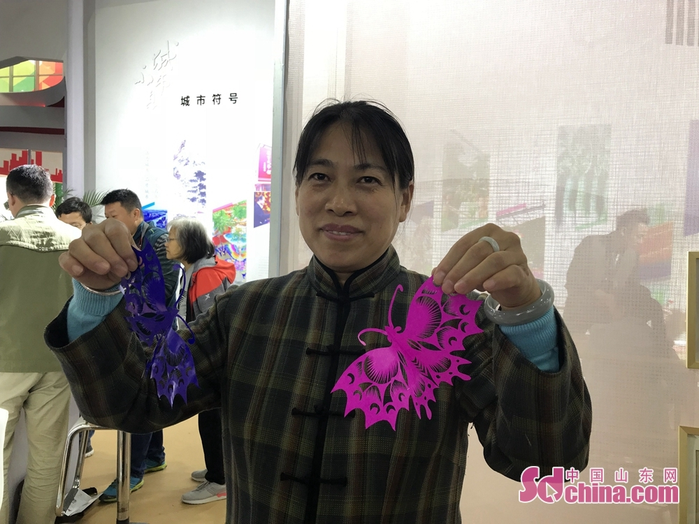 An exhibitor displays the paper-cutting works during the 7th Shandong Cultural Industries Fair in Jinan, Shandong Province on October 12, 2018. With the theme of &quot;new era, new growth drivers, new creativity, new development&quot;, the fair will last till October 15 attended by more than 1200 exhibitors from 31 countries.<br/>