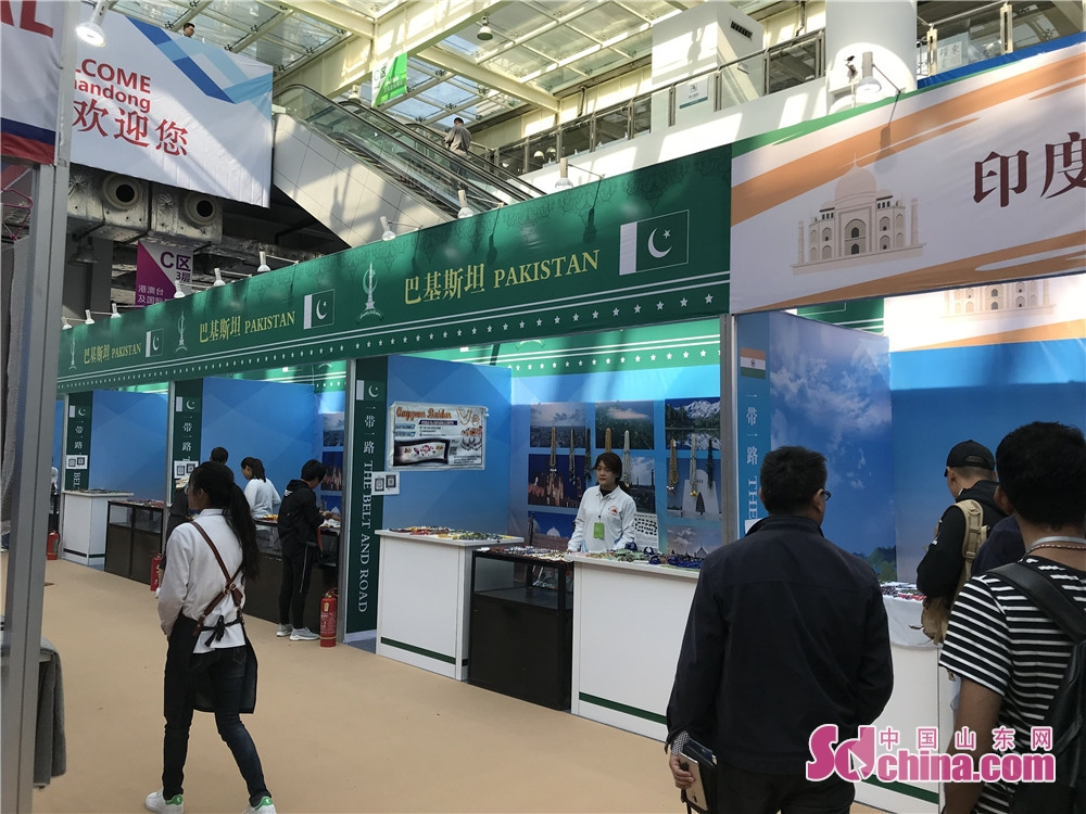 Visitors view exhibits at the 7th Shandong Cultural Industries Fair (SDCIF) held in Jinan, Shandong Province on October 11, 2018. During the five-day fair, a cultural feast made up of &ldquo;culture plus technology&rdquo;, &ldquo;culture plus tourism&rdquo;, &ldquo;culture plus finance&rdquo;, &ldquo;culture plus creativity&rdquo;, &ldquo;culture plus industry&rdquo; and other elements will be presented to the visitors.<br/>