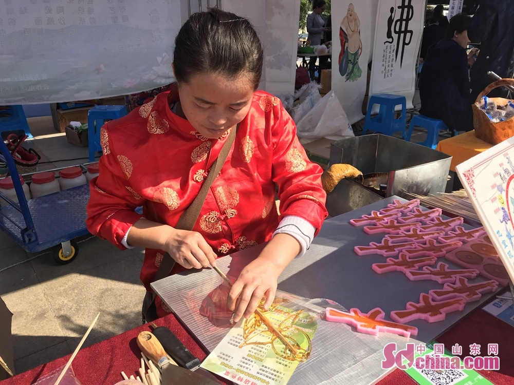 An artist makes a sugar painting during the 7th Shandong Cultural Industries Fair in Jinan, Shandong Province on October 12, 2018. With the theme of &quot;new era, new growth drivers, new creativity, new development&quot;, the fair will last till October 15 attended by more than 1200 exhibitors from 31 countries.<br/>