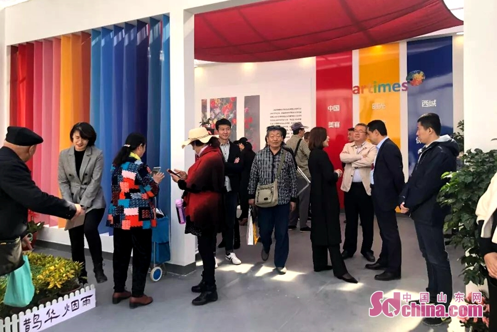 Visitors view a booth during the 7th Shandong Cultural Industries Fair (SDCIF) held in Jinan, Shandong Province on October 11, 2018. The exhibition area of the fair is 60,000 square meters, equivalent to 2,000 booths of the international standard. Visitors and traders from 31 countries participate in the fair with their local cultural products.<br/>