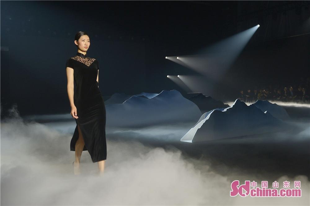 <br/>  2018年10月11日,模特在北服青岛时尚产业园阳光大厅展示中装服饰之美。<br/>