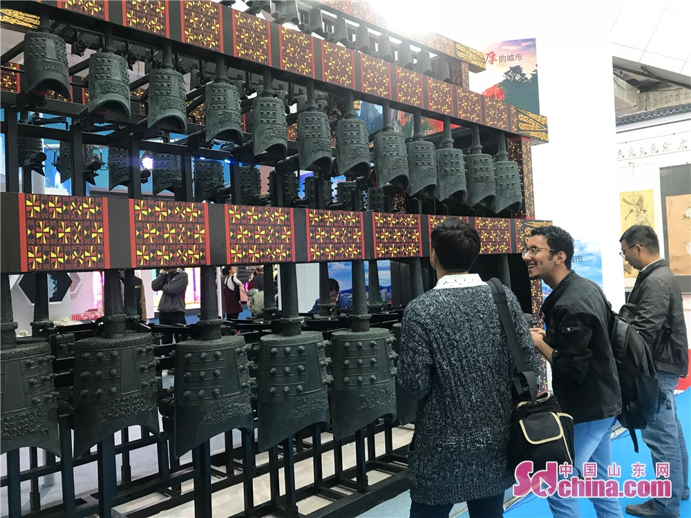 Foreign visitors view Chinese chimes during the 7th Shandong Cultural Industries Fair (SDCIF) held in Jinan, Shandong Province on October 11, 2018. During the five-day fair, a cultural feast made up of &ldquo;culture plus technology&rdquo;, &ldquo;culture plus tourism&rdquo;, &ldquo;culture plus finance&rdquo;, &ldquo;culture plus creativity&rdquo;, &ldquo;culture plus industry&rdquo; and other elements will be presented to the visitors.<br/>