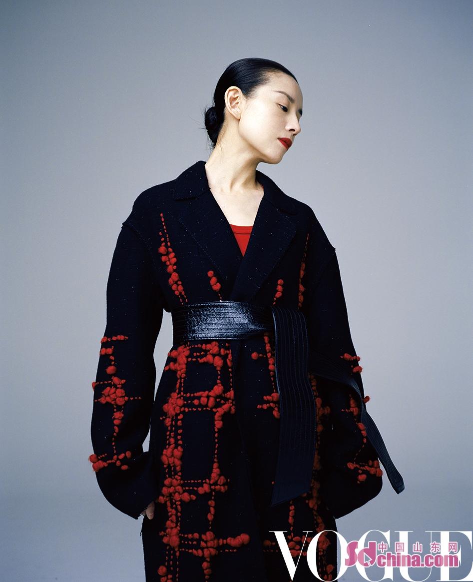 <br/>  近日,董洁拍摄的一组杂志时尚大片曝光。照片中的她置身于纯色背景之下,简衣黑发,高雅出尘,宛若电影画报中穿越的舞者。