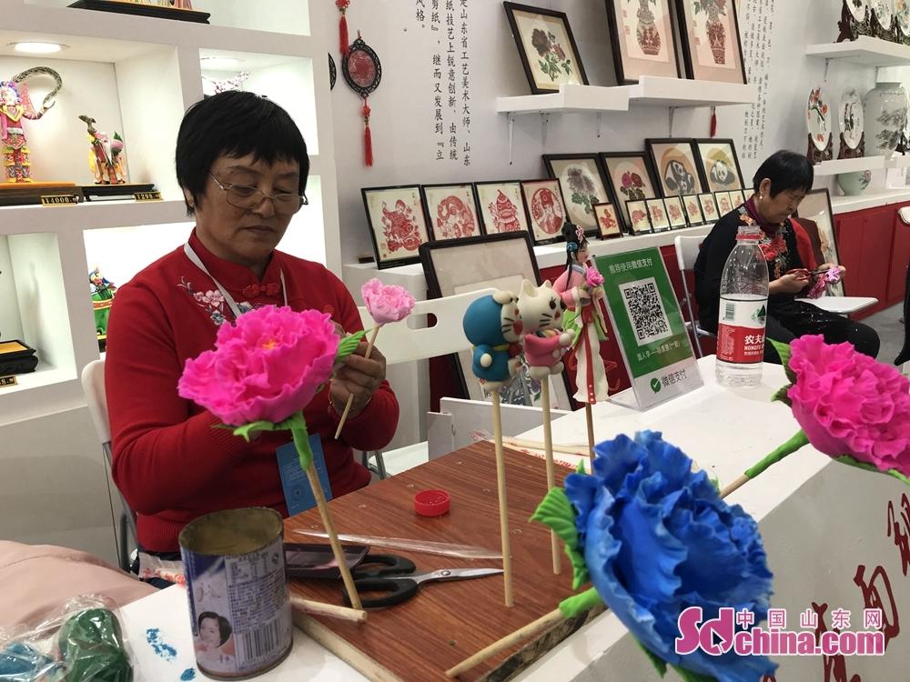 <br/>  文博会现场精彩纷呈,记者用相机记录了文博会上的传统手工艺。<br/>