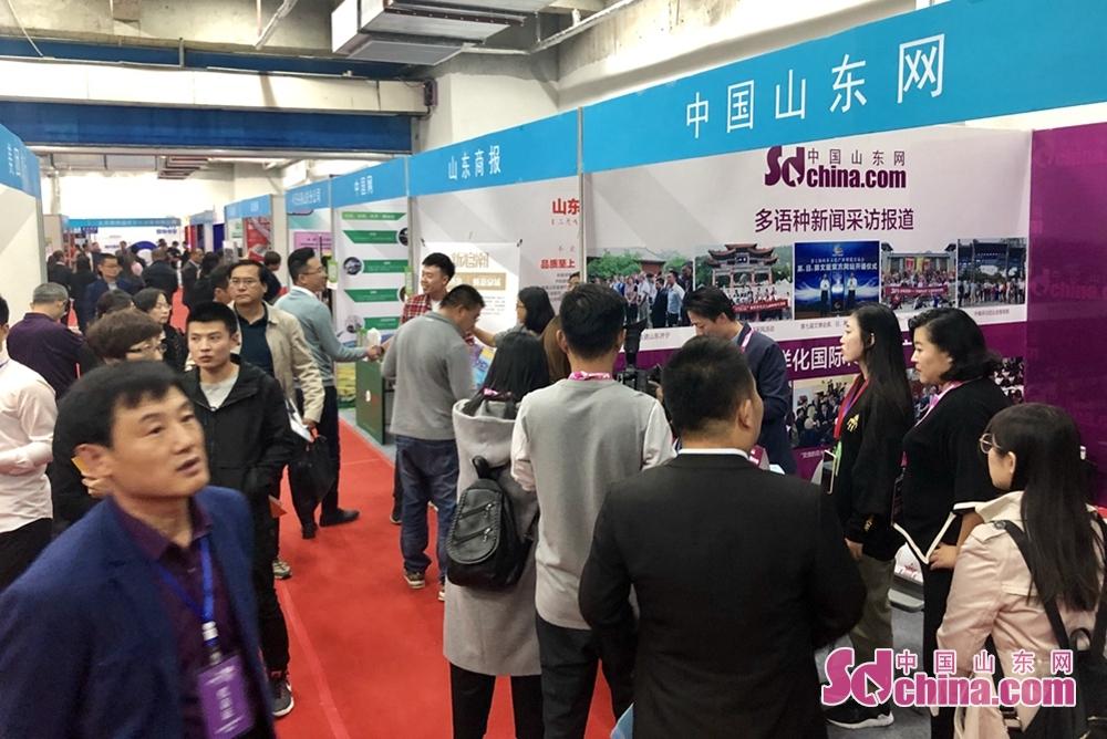 <br/>  多家市县(区)旅委、景区等纷纷来到中国山东网展台咨询洽谈,对各系产品产生了浓厚的兴趣。<br/>