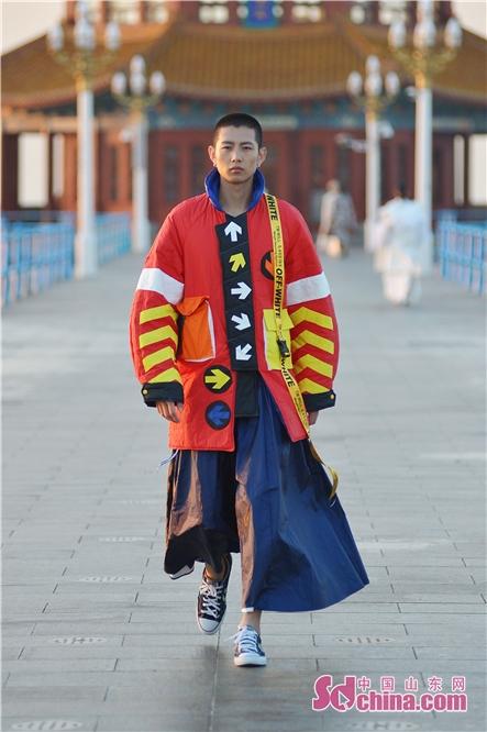 <br/>  2018年10月12日,来自全球五大洲25所时尚设计院校的学生在山东青岛百年栈桥上展示自己设计的代表性作品。<br/>