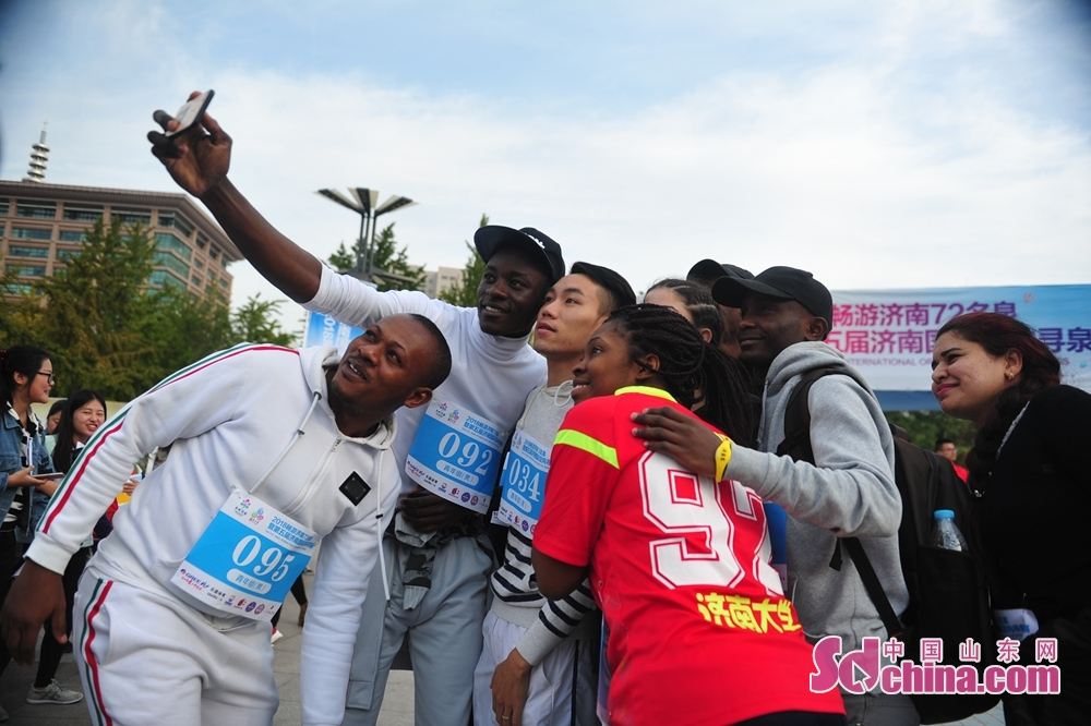 Participants pose for a group photo during the 5th Jinan International Spring-themed Orienteering in Jinan, Shandong Province on October 14, 2018. About 4,000 people from home and abroad participated in the race.<br/>