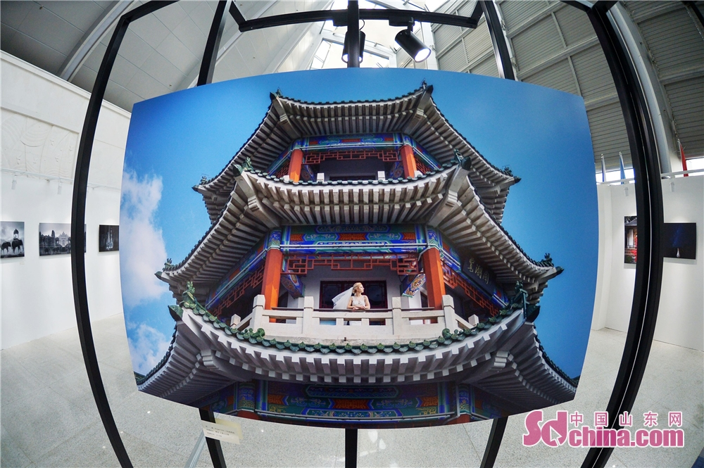 A masterpiece of world-renowned wedding photographer is seen during the 2018 Qingdao Wedding Cultural Week in Qingdao, a coastal city of Shandong Province on October 16, 2018. The six-day event aims to display the wedding characteristics of Qingdao and promote the development level of wedding industry.<br/>